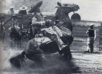 Charro rayando el caballo
