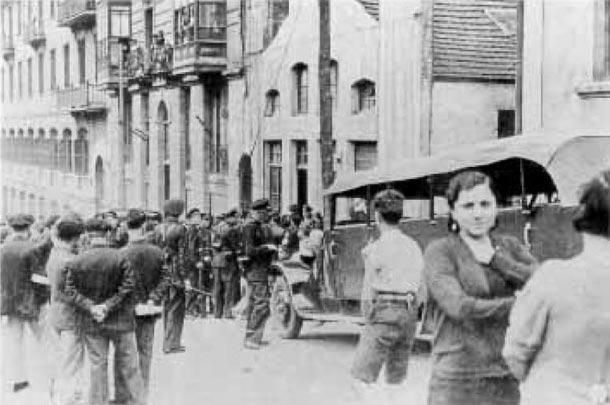 Revolución de octubre de 1934. Los guardias de asalto hallan un arsenal de armas en un local de la calle Iturribide
