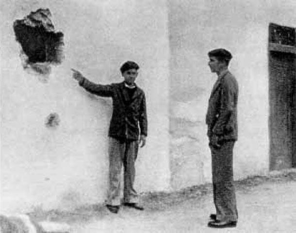 Revolución de octubre de 1934. Boquete abierto por los revolucionarios de Arrasate/Mondragón frente al cuartel de la guardia civil durante su ataque