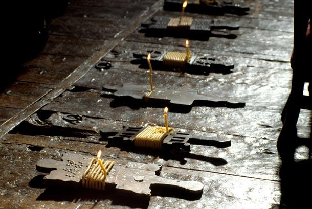 Argizaiolas sobre las sepulturas en la parroquia de San Bartolomé de Amezketa