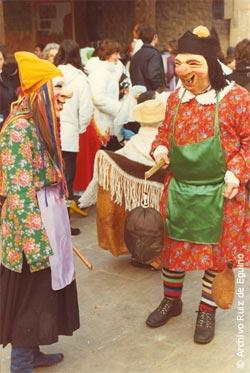 Personajes del carnaval de Agurain, el porrero y la sorgine, año 1983